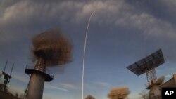 El cohete Soyuz que lleva un nuevo equipo a la Estación Espacial Internacional despega desde el cosmódromo de Baikonur en Kazajstán, el lunes 3 de diciembre. Foto: AP Photo/Dmitri Lovetsky