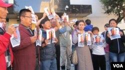 華人和藏人一起撕毛像要求全中國的自由民主和人權