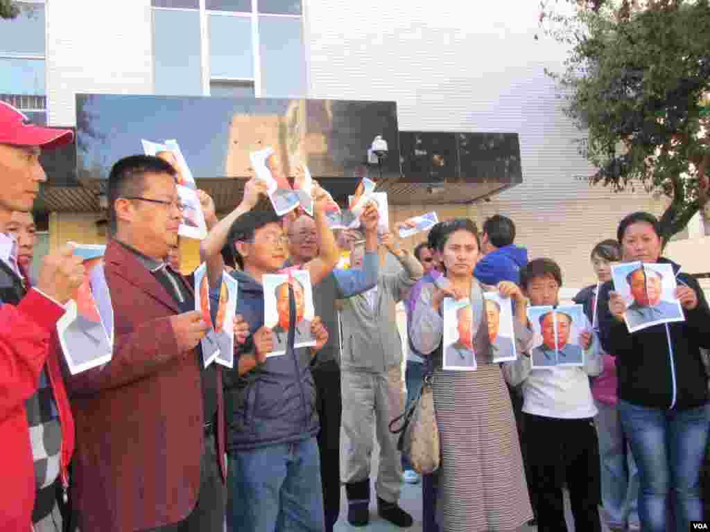 华人和藏人一起撕毛像要求全中国的自由民主和人权(美国之音 容易拍摄)