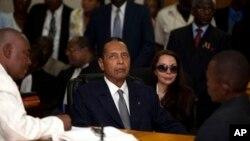 28일 법원 심리에 출두한 아이티 독재자 장-클로드 뒤발리에(가운데).