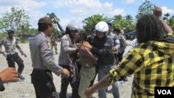Polisi menahan demonstran Papua yang mengibarkan bendera Bintang Kejora (foto dok). Pemerintah mengimbau media tidak hanya menyoroti kasus-kasus HAM di Papua.