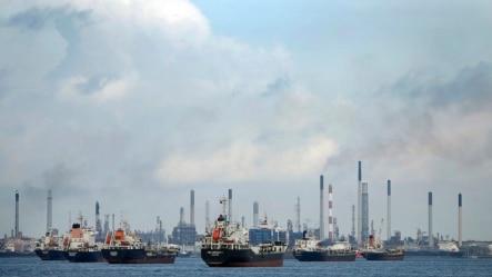 停泊在新加坡毛广岛炼油厂前的船只。(资料照)