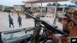 Tentara Pakistan siaga di Peshawar, Pakistan sehari menjelang pemilu (10/5).