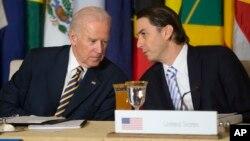Джо Байден и Амос Хохштейн во время Карибского саммита по энергетической безопасности. Вашингтон, 26 января 2015