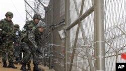Южнокорейские военные проверяют средства охраны границы. Архивное фото.