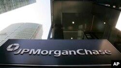 Những ngân hàng bị ảnh hưởng này bao gồm một số các tập đoàn có tiếng nhất, trong đó có JPMorgan Chase, Goldman Sachs, Citigroup, và Morgan Stanley