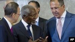 Ðặc sứ quốc tế Kofi Annan (giữa), Tổng thư ký LHQ Ban Ki-moon (trái), và Ngoại trưởng Nga Sergei Lavrov nói chuyện trước hội nghị về Syria tại Geneva, ngày 30 tháng 6, 2012