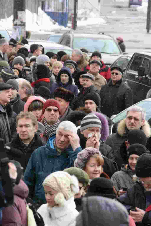 4 марта, Киев, Украина. Россияне терпеливо ждут в очереди возможности исполнить свой гражданский долг.