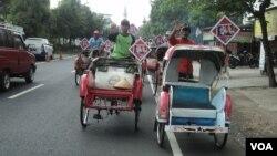 Rombongan tukang becak yang akan bertugas di pernikahan putra Presiden Joko Widodo di Solo. (VOA/Yudha Satriawan)