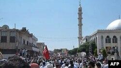 Người biểu tình phản đối Tổng thống Syria tụ họp ở thị trấn Hula, gần Homs