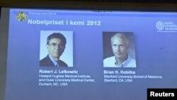 Robert Lefkowitz (à g.) et Brian Kobilka (image projetée durant une conférence de presse à Stockholm, le 10 octobre 2012)