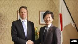 Міністр фінансів США Тімоті Ґайтнер (ліворуч) і його японський колега Дзюн Азумі