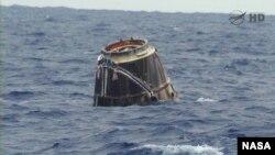 Kapsul Kargo Dragon terlihat mengambang di Samudera Pasifik, lepas Pantai Baja, Kalifornia (31/5).