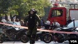 Uno de los paquetes estalló en una compañía de correos en Atenas, hiriendo a una empleada.