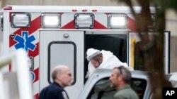 Pacijent zaražen ebolom prebacuje se u Univerzitetsku bolnicu Emori u Atlanti 9. septembra 2014.