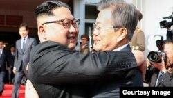 Lãnh tụ Triều Tiên Kim Jong Un (trái) và Tổng thống Hàn Quốc Moon Jae-in ôm nhau tại cuộc gặp hôm 26/5/2018