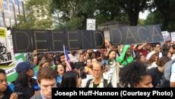 DACA 폐지 반대자들이 뉴욕 트럼프 호텔 앞에서 시위을 벌이고 있다.