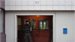پلیس در بوخوم، محل زندگی متهم بازداشت شده. ۸ دسامبر ۲۰۱۱