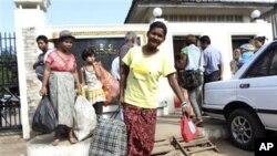 Para tahanan Burma berjalan keluar dari penjara Insein di Yangon, Burma setelah dibebaskan Kamis lalu (15/11). Pemerintah Burma kembali membebaskan sedikitnya 66 orang tahanan, 44 di antaranya tahanan politik, hari Minggu (18/11), dalam amnesti terbaru yang dikeluarkan bertepatan dengan Kunjungan Presiden Obama.