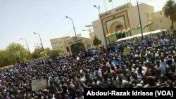 Les Nigériens manifestent contre la loi des finances devant l'Assemblée nationale à Niamey, Niger, le 11 mars 2018. (VOA/Abdoul-Razak Idrissa)