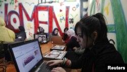 Para pelanggan warung Internet khusus perempuan di Kabul, Afghanistan. (Foto: Reuters)