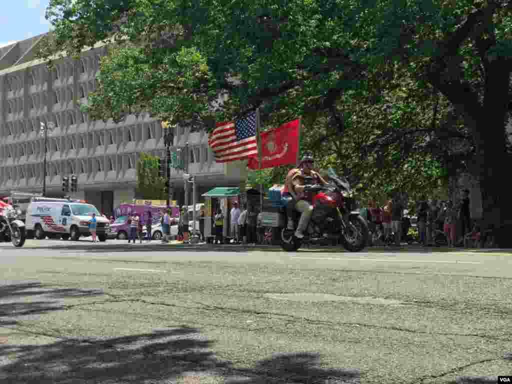 رژه موتورسواران موسوم به «غرش صاعقه» در واشنگتن برای بسیاری از مردم آمریکا حرکت موتورسواران با غرش موتورهای هارلی دیویدسون، زیر عنوان «غرش صاعقه» در سه دهه گذشته مترادف بوده است که آن را حرکتی مظهر آزادی می خوانند.