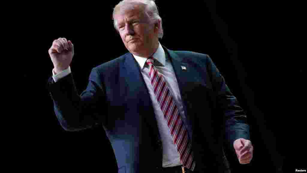 Les partisans du candidat républicain Donald Trump réagissent lors d'un rassemblement de campagne à Panama City, en Floride, aux États-Unis, le 11 octobre 2016.