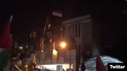تجمع معترضان عراقی در محوطه سفارت بحرین در بغداد - توئیتر