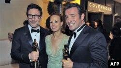 Từ trái: Michel Hazanavicius với giải thưởng đạo diễn xuất sắc cho phim 'The Artist', Berenice Bejo và Jean Dujardin với các giải thưởng cho nam diễn viên xuất sắc nhất sau lễ trao giải Oscar lần thứ 84 tại Hollywood, ngày 26/2/2012