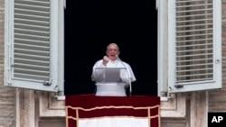ພະສັນຕະປາປາ Francis ທີ່ຫາກໍ່ຖືກເລືອກຕັ້ງໃໝ່ ຊົງທໍາພິທີສວດມົນຄັ້ງທໍາອິດ ຜ່ານທາງປ່ອງຢ້ຽມຂອງບ່ອນພໍານັກ ຫລື ອາພາດເມັນຂອງພະສັນຕະປາປາ ທີ່ປິ່ນໜ້າໄປຫາຈະຕຸລັດ St. Peter's ໃນວັງວາຕິກັງ ໃນວັນອາທິດ ທີ 17 ມີນາ 2013. (AP Photo/Michael Sohn)