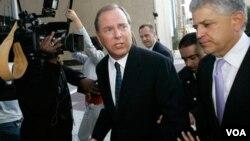 Jeff Skilling (izq.), el padre de John Skilling, es el ex presidente de la compañía de energía Enron, y está cumpliendo 24 años de cárcel por conspiración y fraude.