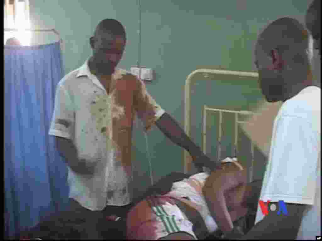 Daya daga cikin wadanda suka jikkata ke nan a dalilin fashewar bom a Titin Kaduna, ran lahadin, Nigeria da ta gabata 8 ga watan nan na Afilun shekarar 2012.