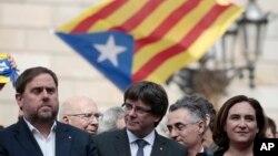 카를레스 푸지데몬 스페인 카탈루냐 자치정부 수반(가운데)이 2일 바르셀로나에서 각료들과 기자회견을 열고, 분리독립 주민투표 결과를 발표하고 있다.