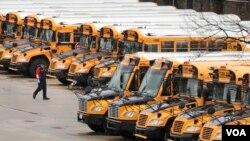 Một khu vực đậu xe bus trường học ở bang New Hampshire.
