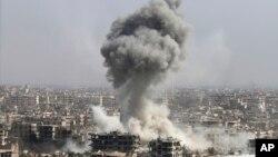 Şam yakınlarındaki Cobar'da Suriye birliklerinin topçu ateşine maruz kalan bir sivil yerleşim alanı.