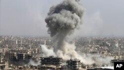 Dim se diže iznad naselja posle gađanja sirijske vojske, posle ruskog bombardovanja, Damask, 20. oktobar 2015.