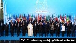 Para pemimpin G20 berfoto bersama di Antalya, Turki, hari Minggu (15/11).