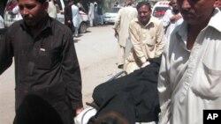 مردم جسد یکی از کشته شدکان را از نیروگاه بیرون می برند