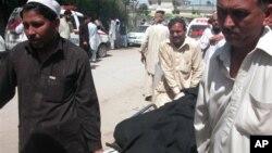 ຜູ້ຄົນແຮ່ສົບຜູ້ຖືກສັງຫານໃນການໂຈມຕີ ໃນເມືອງ Peshawar, ຢູ່ທາງພາກຕາເວັນຕົກສຽງເໜືອ ຂອງປາກິສຖານ ຊຶ່ງເຮັດໃຫ້ 7 ຄົນເສຍຊີວິດ ໃນວັນທີ 2 ເມສາ 2013.