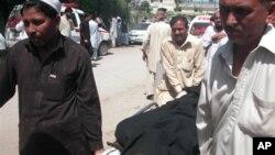 2일 파키스탄 페샤와르 발전소 테러로 사망한 희생자의 시신을 옮기는 사람들.