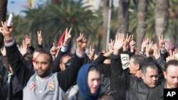 Des manifestants lèvent la main pour protester contre le meurtre du chef de l'opposition Chokri Belaid à Tunis, 6 février 2013. (AP Photo / Amine Landoulsi)