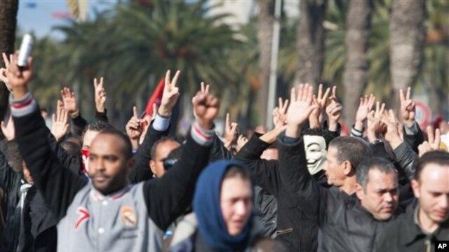 """Demonstran memadati jalan utama dii pusat kota Tunis hari Rabu, berteriak """"memalukan, memalukan"""" untuk mengecam pembunuhan politisi sayap kiri Chokri Belaid (foto, 6/2/2013)."""