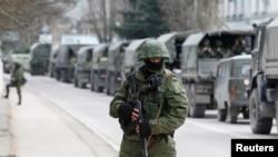 滿載軍人的俄羅斯車隊3月1日在克里米亞的一個烏克蘭邊境哨站外待命。