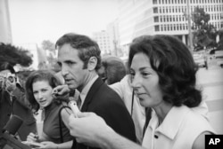Daniel Ellsberg, with his wife at his side, in 1971.