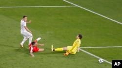 Šaćiri postiže pobednosni gol za Švajcarsku (Foto: AP/Antonio Calanni)