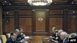 Президент РФ Дмитро Медведєв обговорює плановану систему ПРО з міністром оборони США Робертом Ґейтсом у березні.