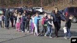 槍擊案發生後,康州警察把孩子帶出桑迪胡克小學(照片由Newtown Bee提供)