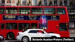 Un bus londonien avec une affiche de la comédie musicale Wakaa (Twitter / Bolanle Austen-Peters)