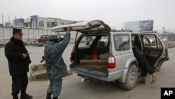 阿富汗警察2月26日在喀布尔检查过往车辆