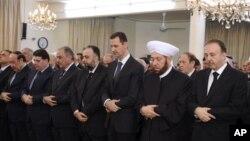Башар Асад (в центре) во время молитвы в мечети. 26 октября 2012 г.